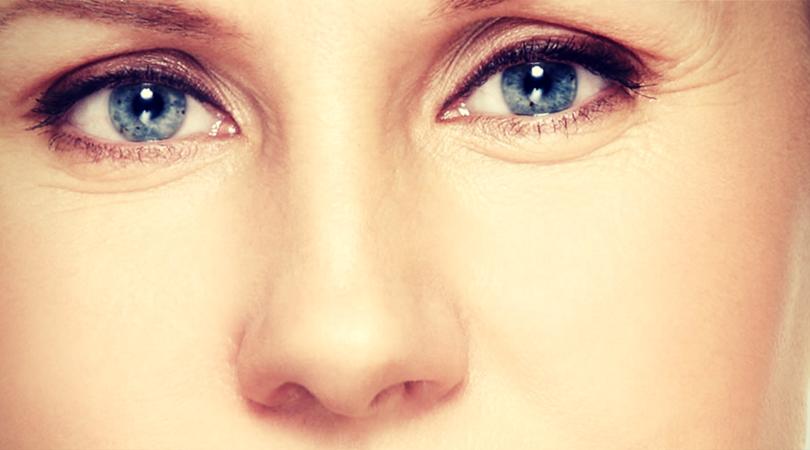 Las ojeras oscuras con la falta del hierro