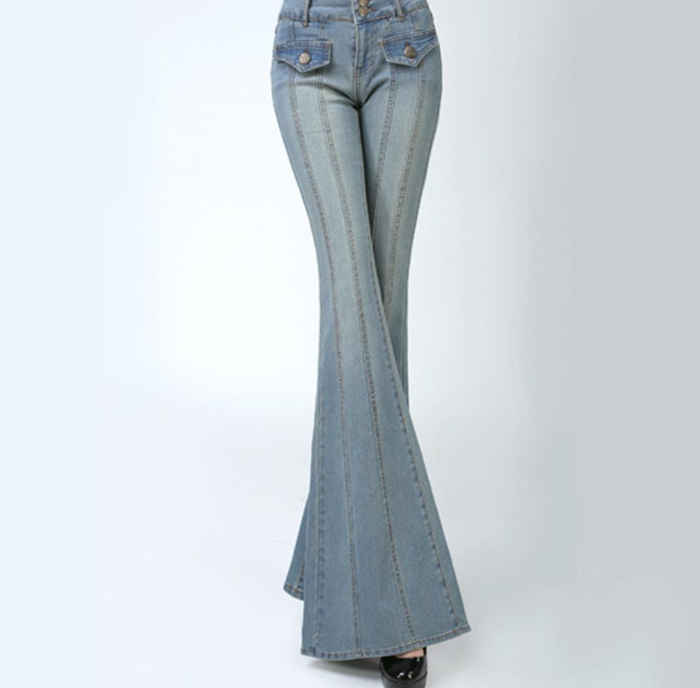 Se mantiene en tendencia los bootcut jeans.