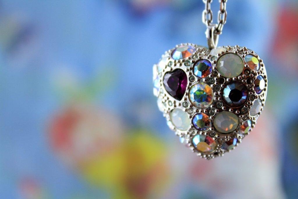 Bellos collares de plata.