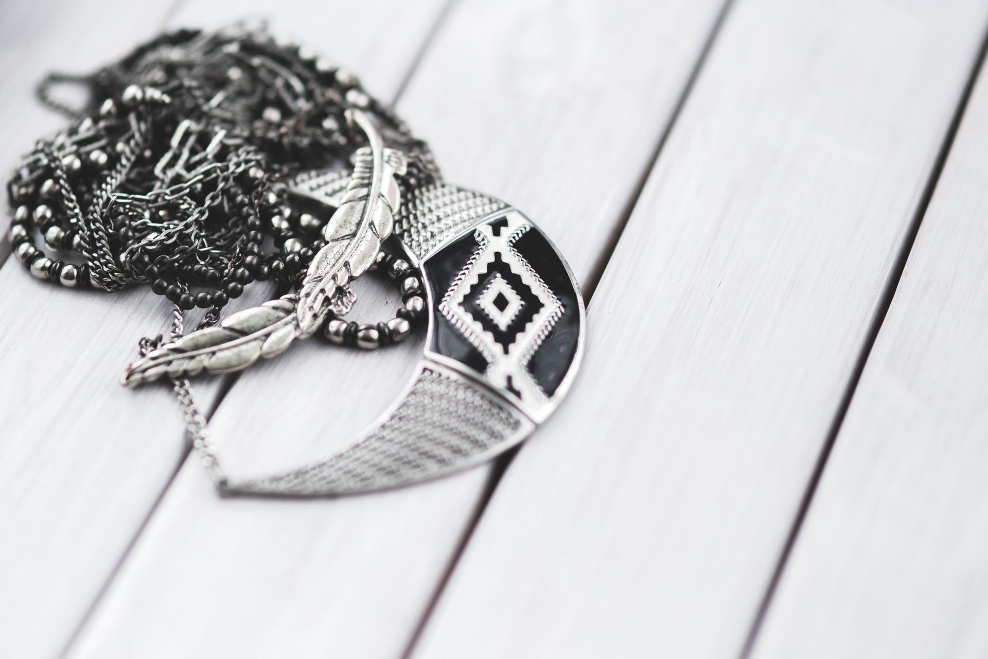 Los collares de plata vuelven a ser tendencia esta temporada.