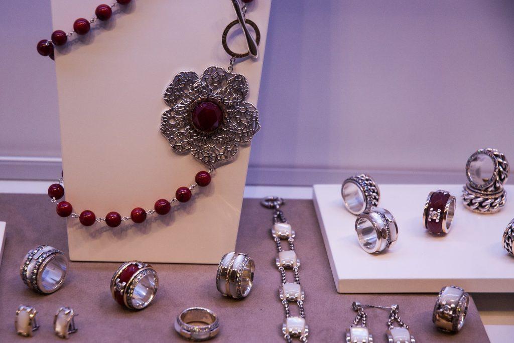 Complementa tu bello collar de plata con otros accesorios.
