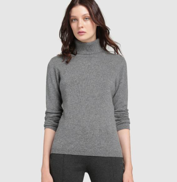 Otra prenda que nunca pasa de moda es el suéter cuello alto.