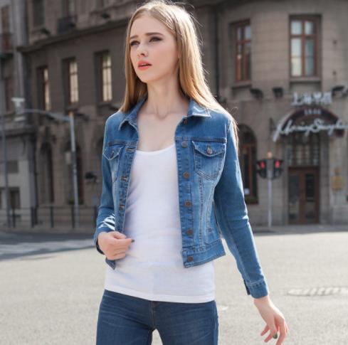 La chaqueta de jeans es una prenda imprescindible en nuestro closet.