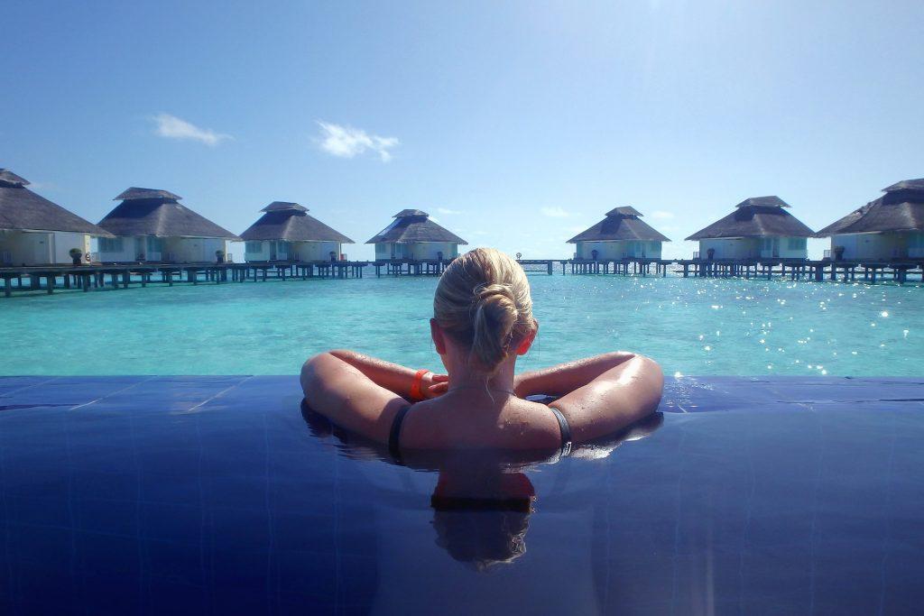 Fortalece tus piernas ejercitándose en la piscina.
