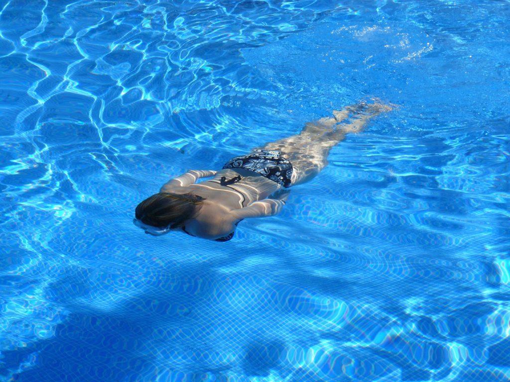 Logra tonificar tus piernas debajo del agua.