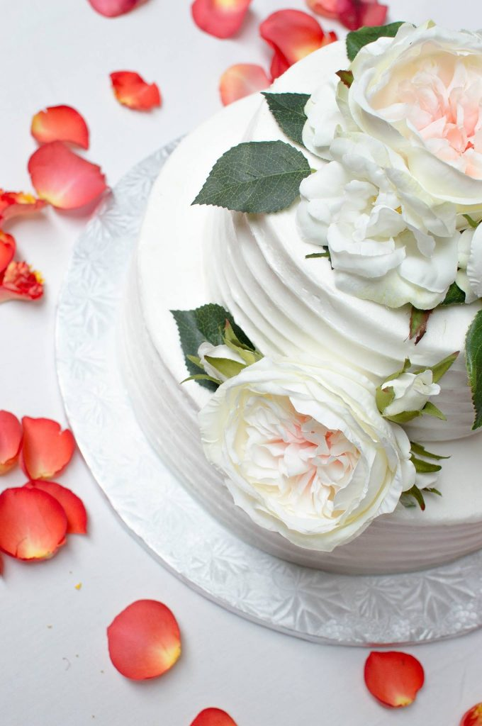 Pastel decorado con flores, ideal para bodas en primavera.