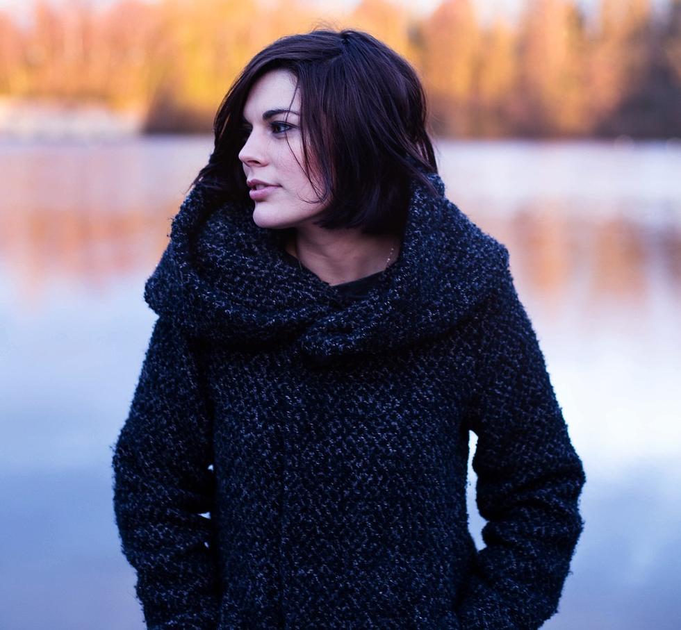 Suéter en color oscuro