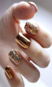 Uñas en dorado con glitter