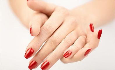 Manicura tradicional en esmalte rojo.