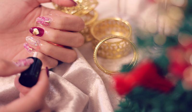 Uñas navideñas para que deslumbres en las cenas de Navidad.